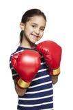 Jong meisje die bokshandschoenen het glimlachen dragen royalty-vrije stock fotografie