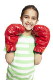Jong meisje die bokshandschoenen het glimlachen dragen stock foto's