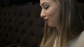 Jong meisje die Caesar-salade in koffie eten stock footage
