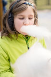 Jong meisje die candyfloss eten stock fotografie
