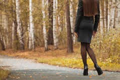 Jong meisje die in de herfstpark lopen Stock Afbeeldingen