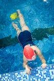 Jong meisje die in de pool met vinnen leren te zwemmen Stock Fotografie