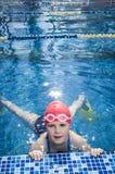 Jong meisje die in de pool met vinnen leren te zwemmen Royalty-vrije Stock Foto