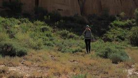 Jong meisje die door de Canions lopen stock video