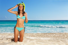 Jong meisje die dragend scuba-uitrusting stellen royalty-vrije stock foto's