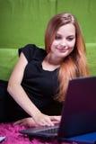 Jong meisje die een computer met behulp van Royalty-vrije Stock Foto's