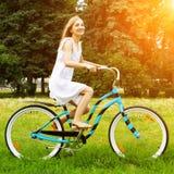 Jong meisje die een fiets berijden Stock Afbeeldingen