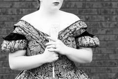 Jong Meisje die een Gesloten Ventilator clasping Royalty-vrije Stock Foto's