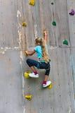 Jong meisje die een muur beklimmen royalty-vrije stock fotografie