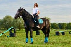 Jong meisje die een paard over land berijden royalty-vrije stock afbeeldingen