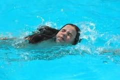 Het jonge zwemmen van het Meisje Royalty-vrije Stock Afbeelding