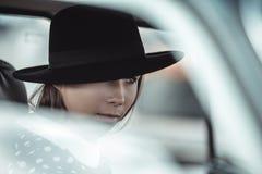 Jong meisje die een retro auto drijven Stock Fotografie