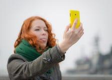 Jong meisje die een selfie nemen royalty-vrije stock fotografie