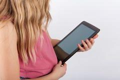 Jong meisje die een tabletapparaat met het lege scherm houden Royalty-vrije Stock Afbeeldingen