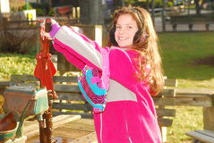 Jong meisje die een waterpomp in werking stellen Stock Afbeelding