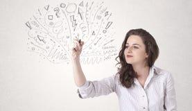 Jong meisje die en abstracte lijnen trekken skteching Stock Foto's