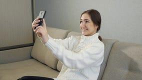 Jong meisje die foto nemen of selfie in haar slaapkamer maken stock videobeelden