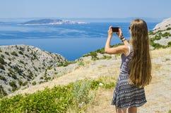 Jong meisje die foto van tropisch landschap nemen Royalty-vrije Stock Afbeeldingen