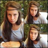 Jong meisje die grappige gezichten maken Stock Foto