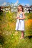 Jong meisje die in grasrijk landschap glimlachen royalty-vrije stock foto's