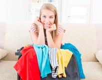 Jong meisje die haar bagage voorbereiden Stock Foto's