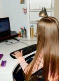 Jong meisje die haar computer met behulp van Stock Afbeeldingen