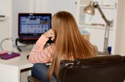 Jong meisje die haar computer met behulp van Stock Foto
