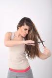 Jong meisje die haar haar snijden Stock Foto's