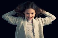 Jong meisje die haar haar trekken Royalty-vrije Stock Afbeeldingen
