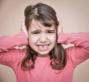 Jong meisje die haar oren behandelen Royalty-vrije Stock Foto