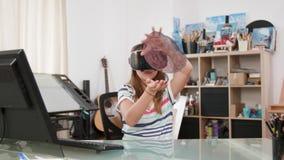 Jong meisje die haar thuiswerk doen en over menselijke anatomie leren stock footage