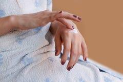 Jong meisje die in handdoek room op handen zetten Stock Afbeelding