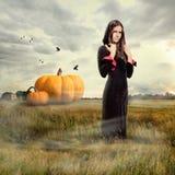 Jong meisje die heksenkostuum dragen royalty-vrije stock afbeelding