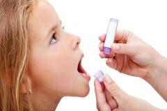 Jong meisje die homeopathische geneeskunde nemen stock fotografie