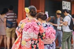 Jong meisje die Japanse kimono dragen die zich voor Sensoji-Tempel in Tokyo, Japan bevinden De kimono is een Japans traditioneel  Stock Afbeelding