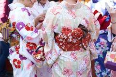 Jong meisje die Japanse kimono dragen die zich voor Sensoji-Tempel in Tokyo, Japan bevinden De kimono is een Japans traditioneel  stock fotografie