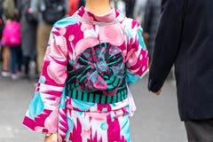 Jong meisje die Japanse kimono dragen die zich voor Sensoji-Tempel in Tokyo, Japan bevinden De kimono is een Japans traditioneel  royalty-vrije stock foto