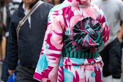 Jong meisje die Japanse kimono dragen die zich voor Sensoji-Tempel in Tokyo, Japan bevinden De kimono is een Japans traditioneel  royalty-vrije stock fotografie