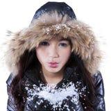 Jong meisje die koude sneeuw blazen Stock Afbeeldingen