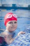 Jong meisje die leren te zwemmen Stock Foto's