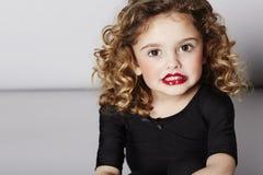 Jong meisje die in lippenstift glimlachen Stock Afbeeldingen