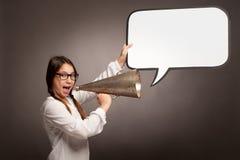 Jong meisje die met een oude megafoon schreeuwen stock afbeelding