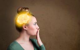 Jong meisje die met gloeiende hersenenillustratie denken royalty-vrije stock afbeelding