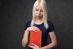 Jong meisje die met sproeten Portret van een student zitten Terug naar het Concept van de School stock fotografie