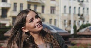 Jong meisje die met steunen op tanden camera en het glimlachen bekijken stock footage