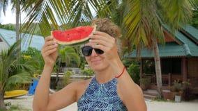 Jong Meisje die met Vrede van Watermeloen op het Strand voor de gek houden Hipster Onbezorgde Grappige Lengte HD slowmotion thail stock footage