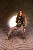 Jong meisje die militaire eenvormig dragen Royalty-vrije Stock Foto's