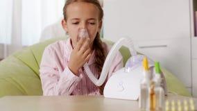 Jong meisje die nebuliser inhaleertoestel met behulp van - reknadruk stock video