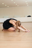 Jong meisje die oefeningen in een dansklasse doen Stock Foto