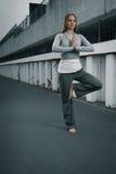 Jong meisje die op één voet mediteren Royalty-vrije Stock Afbeeldingen